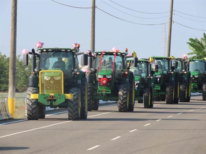 6部農用曳引車價值3000萬,行駛在路上令人矚目。(莊曜聰攝)