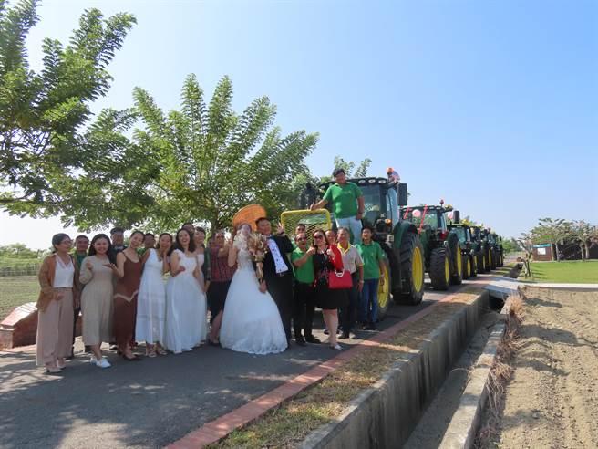 用農用曳引車取代一般結婚禮車,雙方親友都覺得非常有創意。(莊曜聰攝)