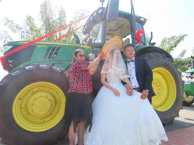 學甲青農劉震鋐家中種植雜糧玉米、黑豆,曳引車對他來說相當上手,當成禮車更讓新娘難忘。(莊曜聰攝)