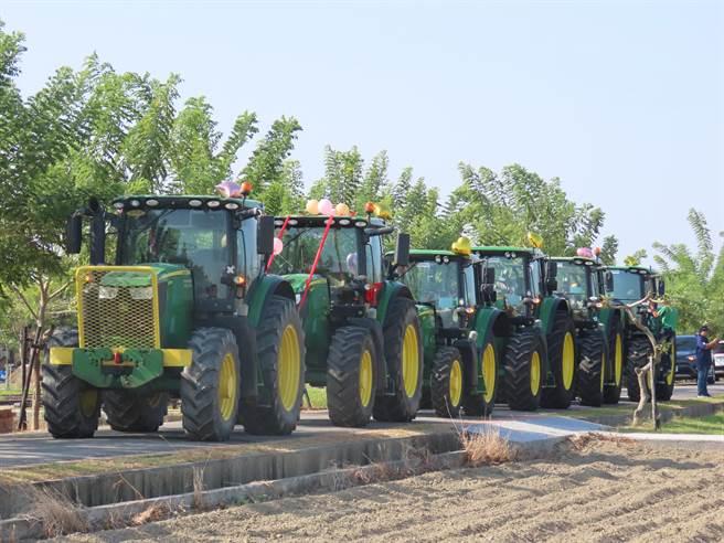 農用曳引車車高約3、4公尺,一字排開相當壯觀。(莊曜聰攝)