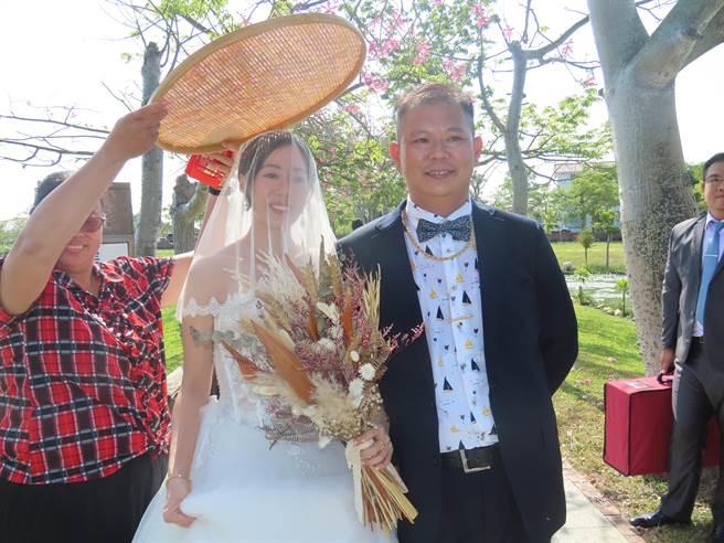 台南庄腳囝仔劉震鋐與台北都市孩子吳詩涵長跑5年,決定攜手共度人生。(莊曜聰攝)