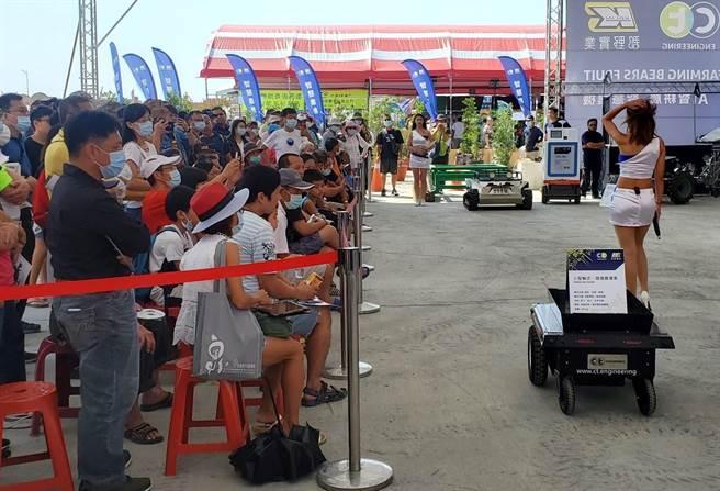 郡野實業與建東精工公司合力開發的自動跟随搬運車,遙控器與感應器裝在秀女郎的腰間,搬運機跟著人移動。(周麗蘭攝)