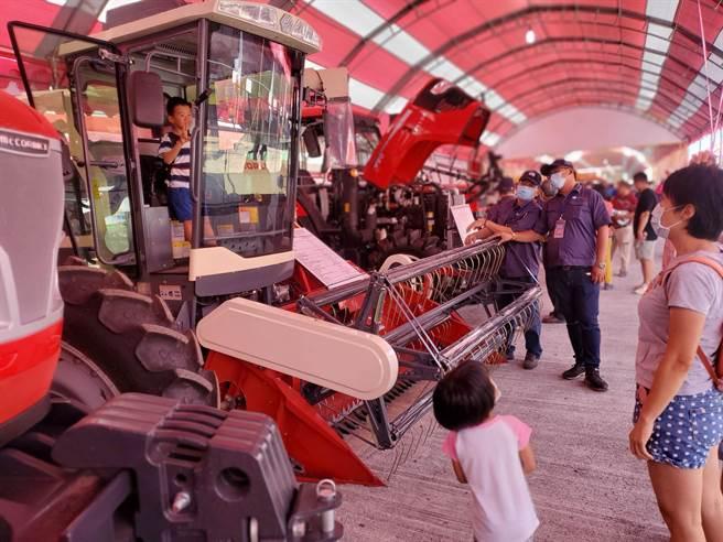 小朋友對大型農機非常感興趣,廠商開放試乘。(周麗蘭攝)