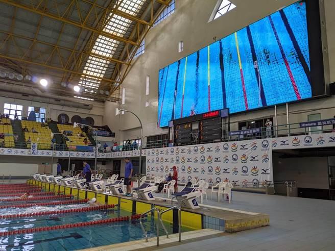 全國泳池首座巨無霸螢幕,高雄國際游泳池完工啟用。(曹明正攝)