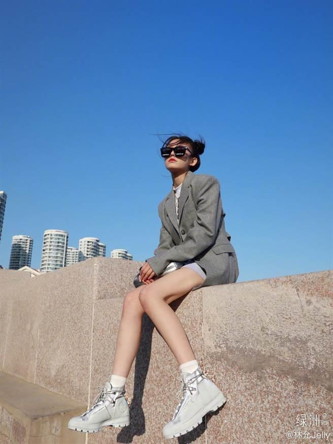 24歲星女郎林允以「仰角洩撩人腿根」,下身失蹤曬激長美腿。(圖/摘自微博@林允Jelly )