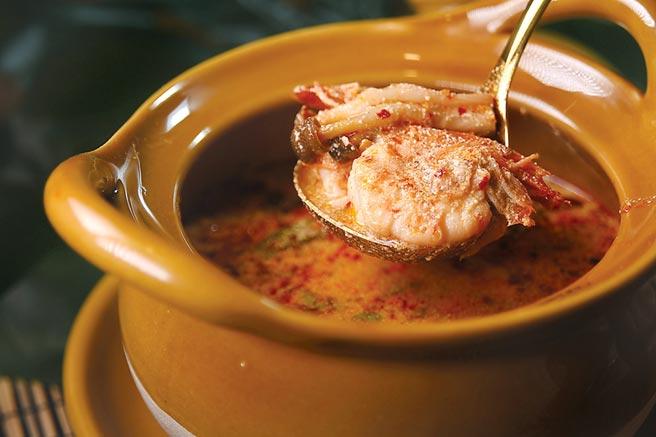 〈頌丹樂冬薩功〉加了香椒膏和較多的椰奶熬煮,所以顏色較紅且湯質濃稠。圖/姚舜
