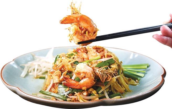 泰式〈青木瓜沙拉〉傳統都是冷食,〈頌丹樂〉泰菜餐廳的〈炒鮮蝦青木瓜〉則是一道熱食,風味與〈泰式鮮蝦炒粿條〉相近,但粿條被青木瓜取代。圖/姚舜