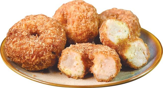 〈金錢蝦餅〉,作的有點像「發福的甜甜圈」,內餡是不摻其它漿粉的新鮮蝦漿,以及新鮮蝦肉塊。圖/姚舜