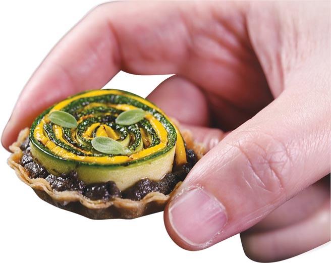 開胃小食〈櫛瓜塔〉,蛋白塔皮上有櫛瓜泥和煙燻賦味的黃綠櫛瓜薄片。圖/姚舜