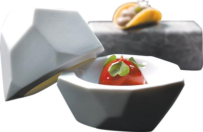 開胃小點〈紅甜椒與鮪魚〉與〈雞肝慕斯佐榛果脆餅〉,結合食品上桌,即展現非凡「藝境」。圖/姚舜