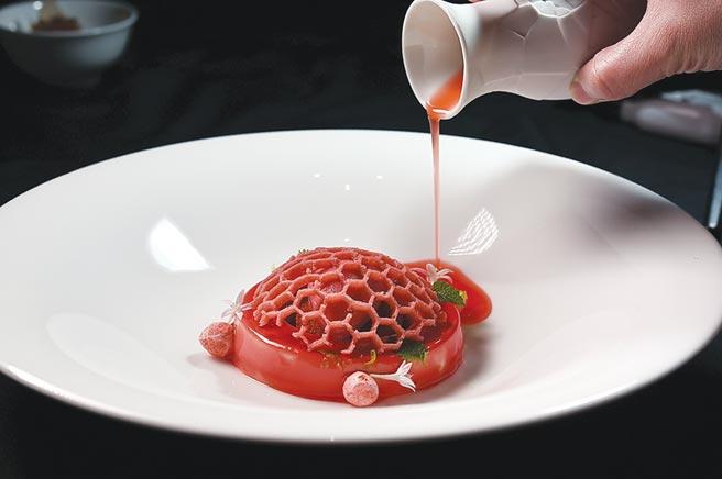 粉紅色的〈義式奶酪〉是以草莓染色,上層的蜂巢是蛋白餅做成,品嘗時會再淋上草莓醬汁。圖/姚舜
