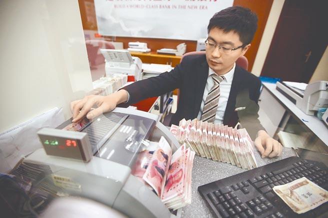 統計主要非美貨幣9月貶多升少,其中日圓小升0.19%,人民幣上揚0.63%。(中新社)
