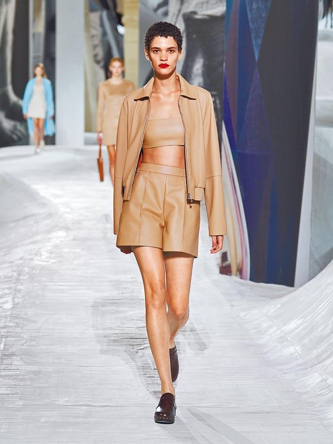 愛馬仕光滑面料的皮革和俐落的Bra Top,將本季女裝的氣場提升不少。(愛馬仕提供)