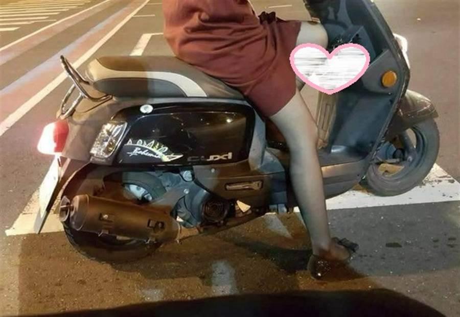 網友見短裙女騎士的充電線消失在兩腿間,好奇PO照問:在充什麼?(圖/翻攝自爆廢公社)