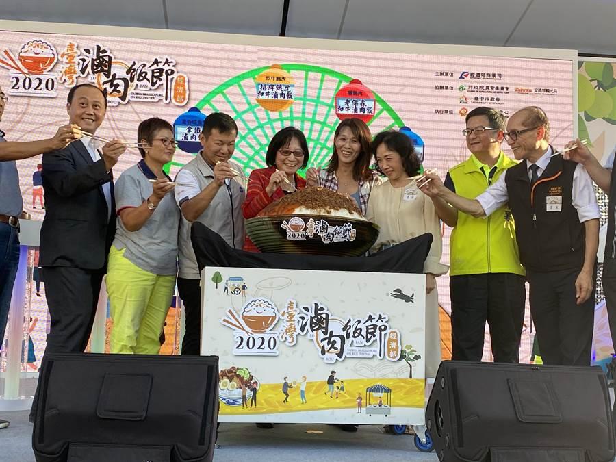 商業司一連三天在台中舉辦「台灣手搖茶飲嘉年華」國慶日當天更結合「2020台灣滷肉飯節」頒獎活動,現場由鬍鬚張製作200人份大型的滷肉飯供民眾分享。(馮惠宜攝)