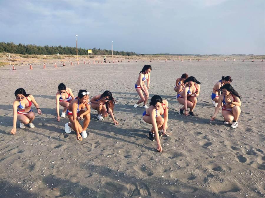 10名身穿國旗比基尼泳裝的正妹,10日利用等候欣賞國慶焰火的時間,先在台南市南區鯤鯓海灘「淨灘」撿拾垃圾。(洪榮志攝)