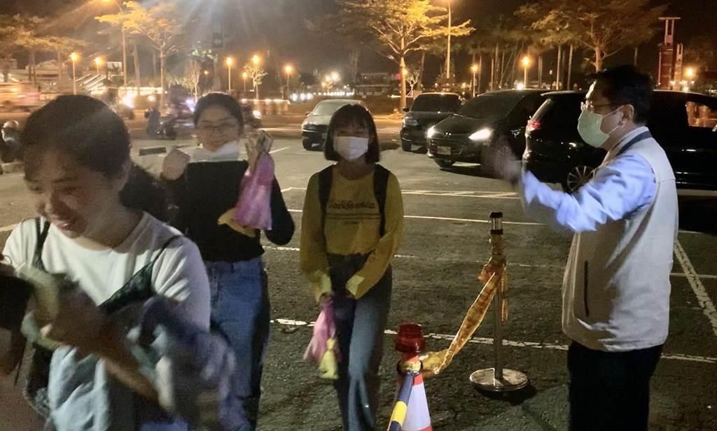 國慶焰火結束,台南市長黃偉哲(右)歡送最後一批遊客搭上前往火車站的接駁車。(市府提供/洪榮志台南傳真)
