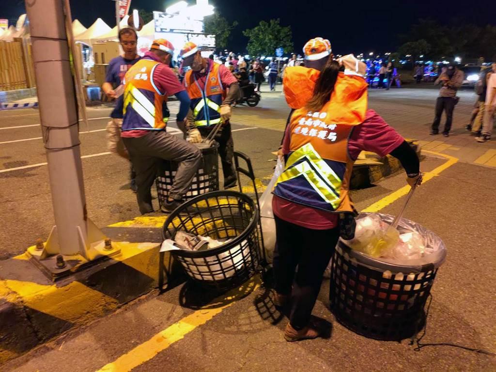 國慶焰火結束後,台南市政府環保局清潔隊員徹夜清掃環境。(市府提供/洪榮志台南傳真)