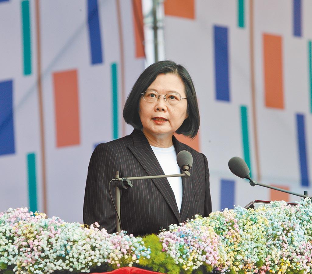 總統蔡英文今年以「團結台灣,自信前行」為題在國慶演說致詞,強調在符合對等尊嚴原則下,願促成兩岸有意義對話。(圖/陳怡誠攝)