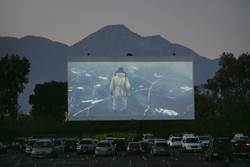 MLB》道奇架60英尺大螢幕 邀球迷「開車」來看球