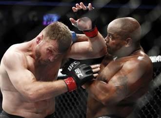 今年最狂KO出爐 UFC拳手凌空迴旋踢臉