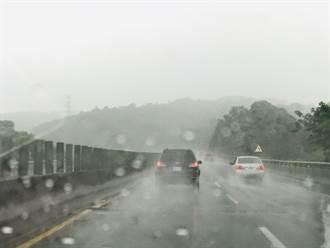 曳引車疑天雨路滑自撞 62快速道路一度回堵