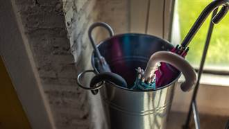 妻子老家擺生鏽傘桶 夫湊近一看真面目驚呼不得了