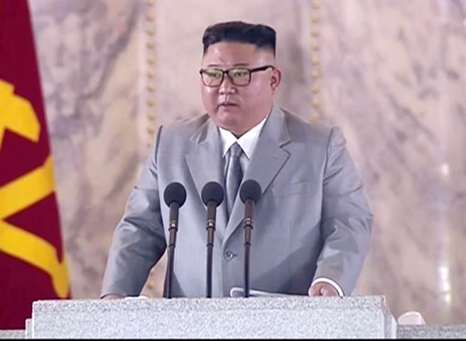 北韩10日欢庆朝鲜劳动党75周年党庆,并且在首都平壤举行大规模阅兵,向外界世界最大的弹道飞弹,北韩最高领导人金正恩感谢百姓展现的爱国精神,让北韩至今仍0人感染新冠肺炎,外媒纷纷报导他罕见感动地流下男儿泪,被镜头拍到疑似用手擦拭眼角的画面。(图/美联社、北韩中央电视台)