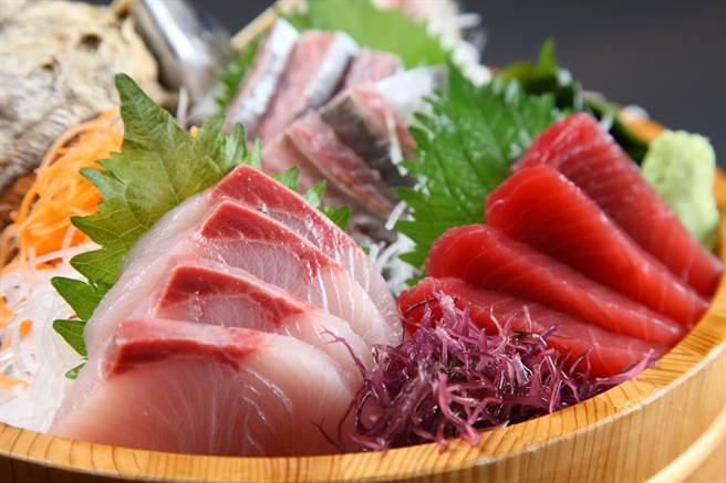 不少人喜歡吃生魚片,品嘗海鮮的原味,不過生魚片屬於生食,對免疫力較差族群來說,很容易受潛藏的微生物感染。(示意圖/達志影像)