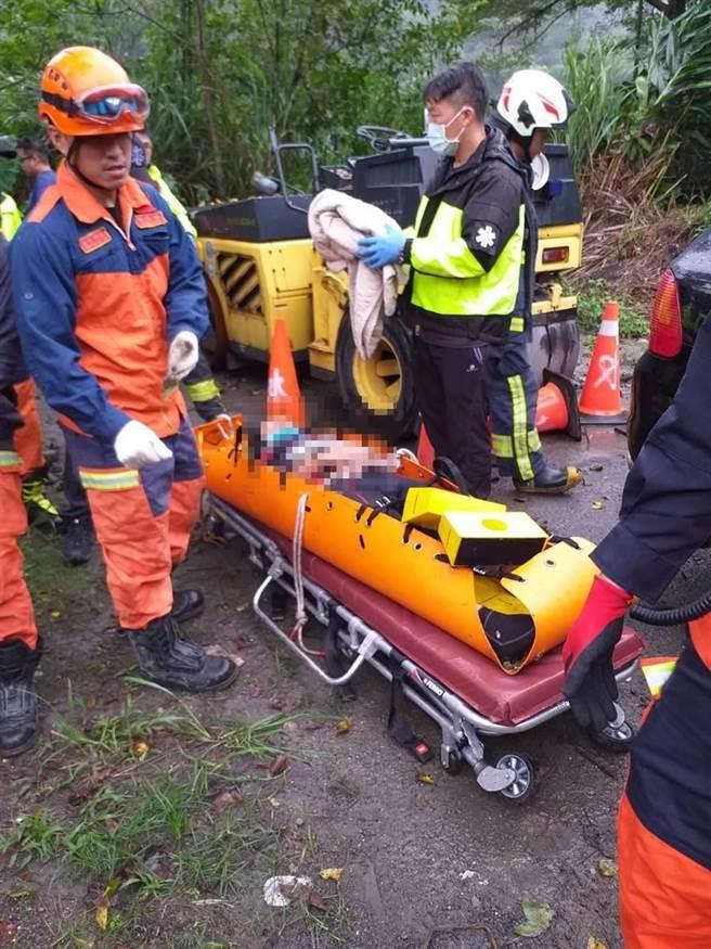 52歲彭姓男子摔落約50公尺深山谷,警消獲報前往救援。(翻攝照片)
