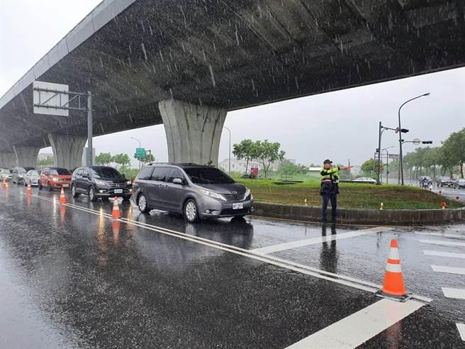 受到宜蘭天候不佳因素影響,國道5號南下車流減少,但北上各交流道前出現北返車潮,高速公路局在下午2時實施高乘載管制後,將視車流狀況,可能會提前結束管制。(宜蘭縣警察局提供/李忠一宜蘭傳真)