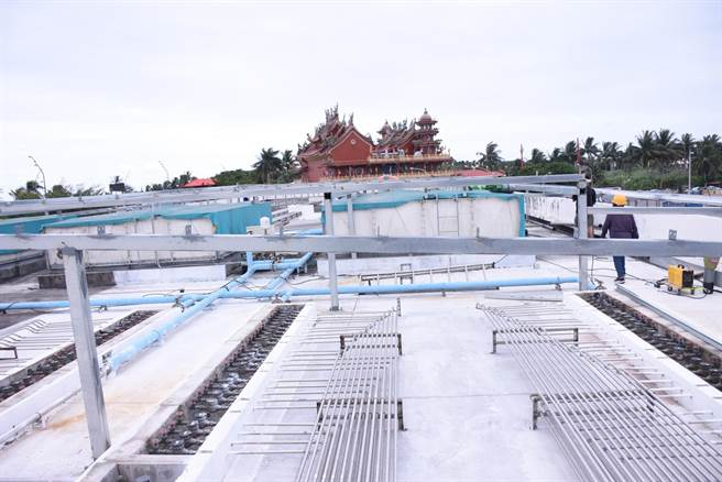 市公所在符合相關法規下,以屋頂加蓋方式,防止雨水滲漏至頂樓地板,並於周邊增設防水工程,加強建築物防水性、耐候性、持久性及隔熱性。(花蓮市公所提供/羅亦晽花蓮傳真)