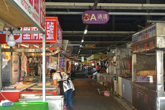 重慶市場內外場加起來共超過350家攤販,曾被生活節目《我在市場待了一整天》報導,去年更成為宜花東第1個成功摘下4星認證的傳統市場。(羅亦晽攝)