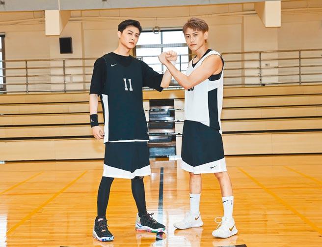 邱勝翊(左)與弟弟邱宇辰昨辦公益籃球賽。(盧禕祺攝)