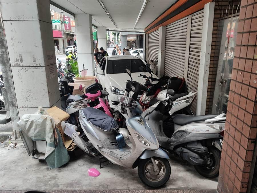 男酒駕衝入騎樓造成9輛機車受損。(警方提供/李俊淇新北傳真)