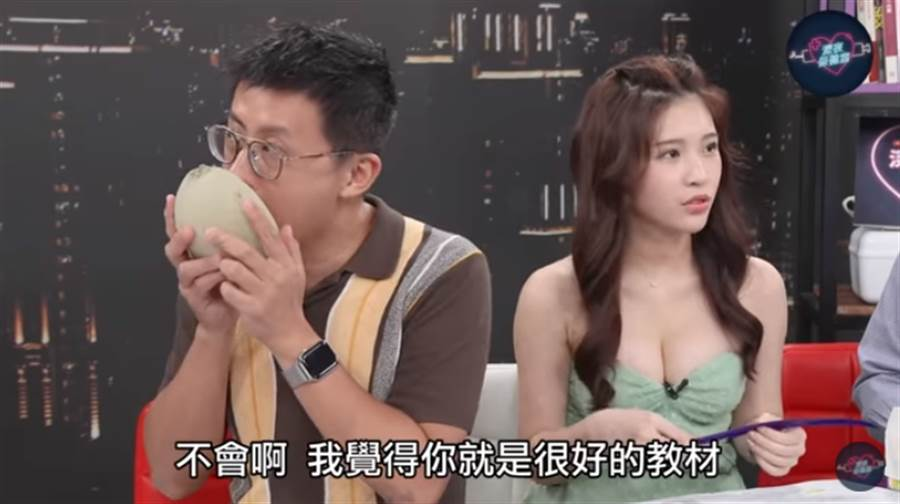 網紅呱吉、台北市議員邱威傑在節目上挑戰,用舌頭將哈密瓜去籽。(圖/摘自深夜保健室YouTube)
