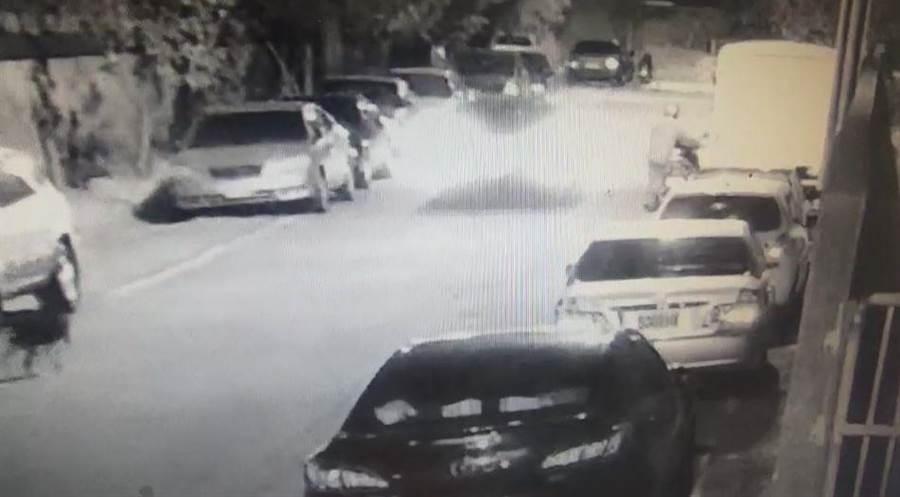 徐姓少年酒後駕車,10日行經大同路與武聖街口轉彎處,撞毀3輛自小客車。(民眾提供/巫靜婷苗栗傳真)