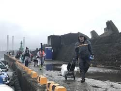 基隆白燈塔釣客遭高巨浪捲走 民眾丟救生圈成功救援