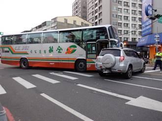 自小客、公車相撞氣囊爆開 4人輕傷
