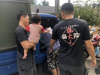 頭份老爺爺不慎將孫子反鎖車內  員警協助脫困