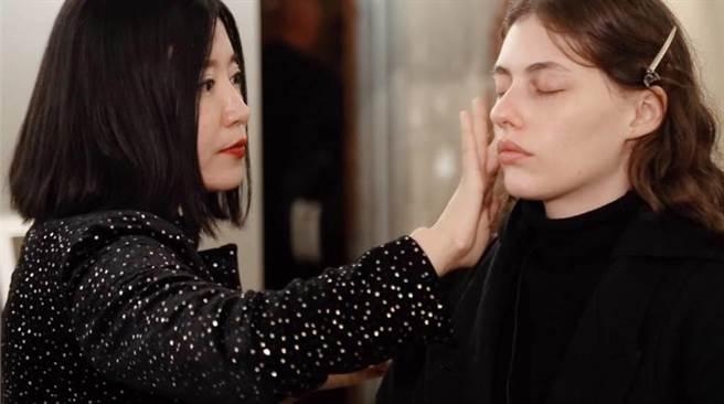 賴曼琳在後台為模特兒上妝。(圖片來源:Romana提供)