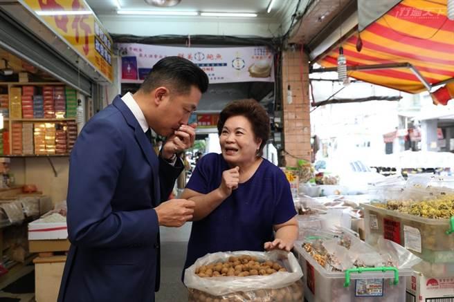 跟著市長走逛時,沿途店家的阿姨、叔叔,不斷攔下市長閒話家常,就像認識許久的老鄰居。(圖/行遍天下提供)