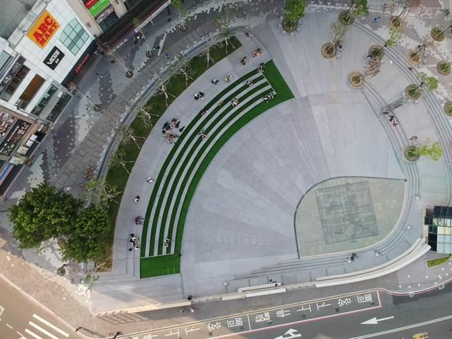 新竹火車站站前廣場採階梯式設計,成為民眾休閒的好去處。(圖/行遍天下提供)