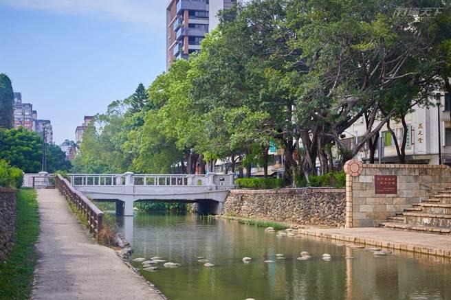 護城河親水公園已是新竹市內知名景點之一,藉由草地流水交織的設計讓人親近自然。(圖/行遍天下提供)