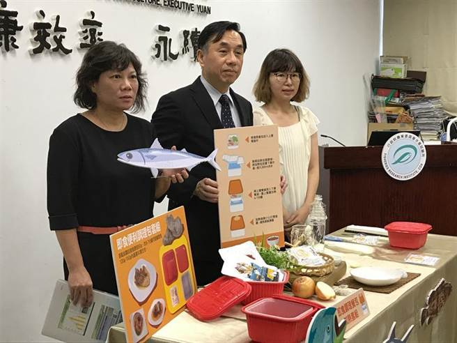 水試所成功研發推出牡蠣殼發熱套組,中為水試所長陳君如。圖/譚淑珍攝