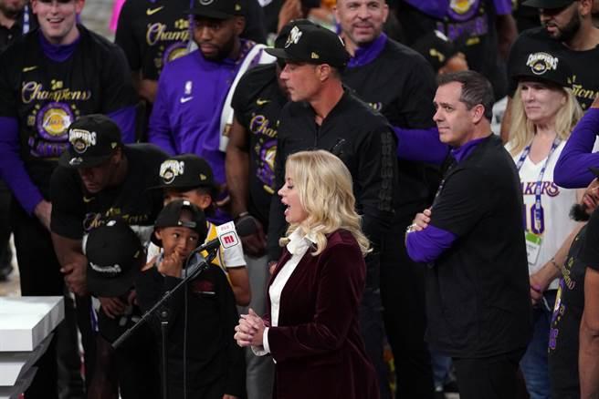 湖人老闆珍妮巴斯在總冠軍頒獎典禮上致詞。(美聯社)