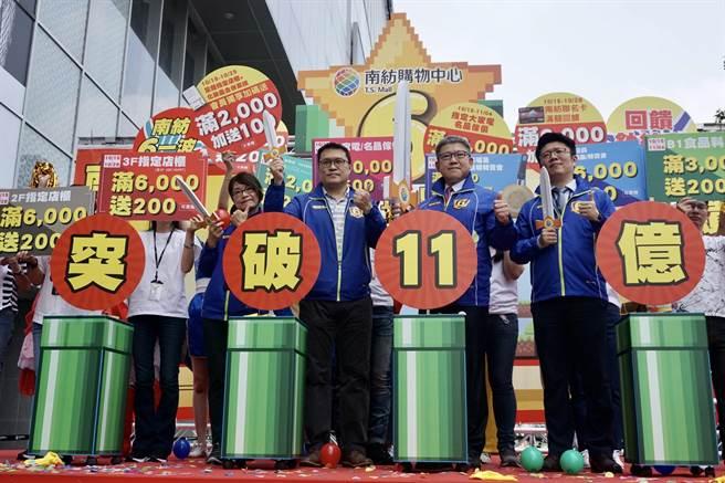 購物中心總經理莊景堯帶領營運事業群協理楊鈵彥及主管一同揮劍擊破氣球,在全體員工歡呼下,眾人誓言齊心突破11億業績。(曹婷婷攝)