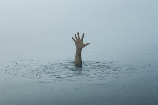 高雄光榮碼頭海域1日上午8時許發現1對男女浮屍。(圖/達志影像shutterstock提供)