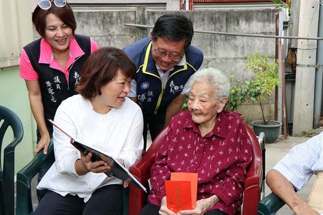 嘉義市長黃敏惠(左)送敬老禮金給全市最年長女人瑞黃白顓,祝阿嬤健康呷百二。(廖素慧攝)