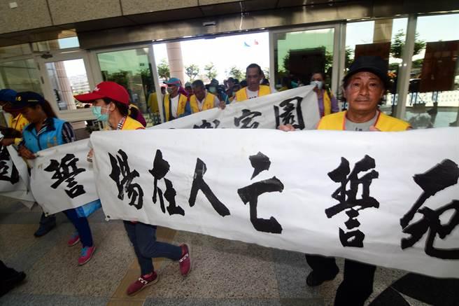 台東市豐原里居民反對設置堆肥場,12日持白布條到台東縣議會陳情 。(莊哲權攝)